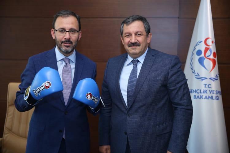 Kick Boks Federasyonu Başkanı Salim Kayıcı'nın Gençlik ve Spor Bakanı Dr. Mehmet Muharrem Kasapoğlu'nu ziyaretinden bir kare